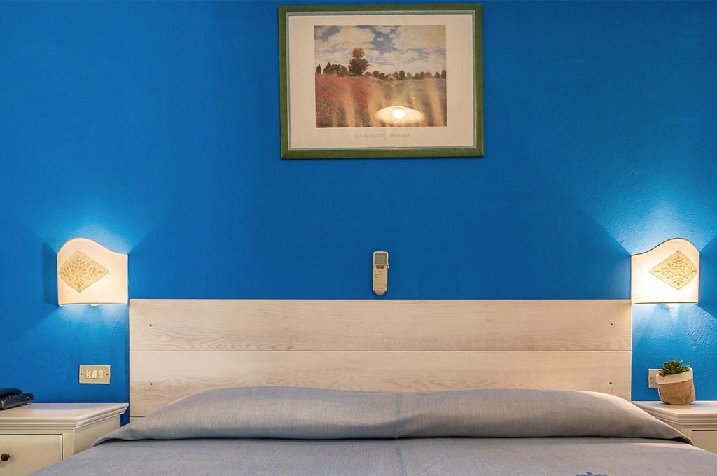 albergo-santa-maria-santa-maria-navarrese-camera-blu-3