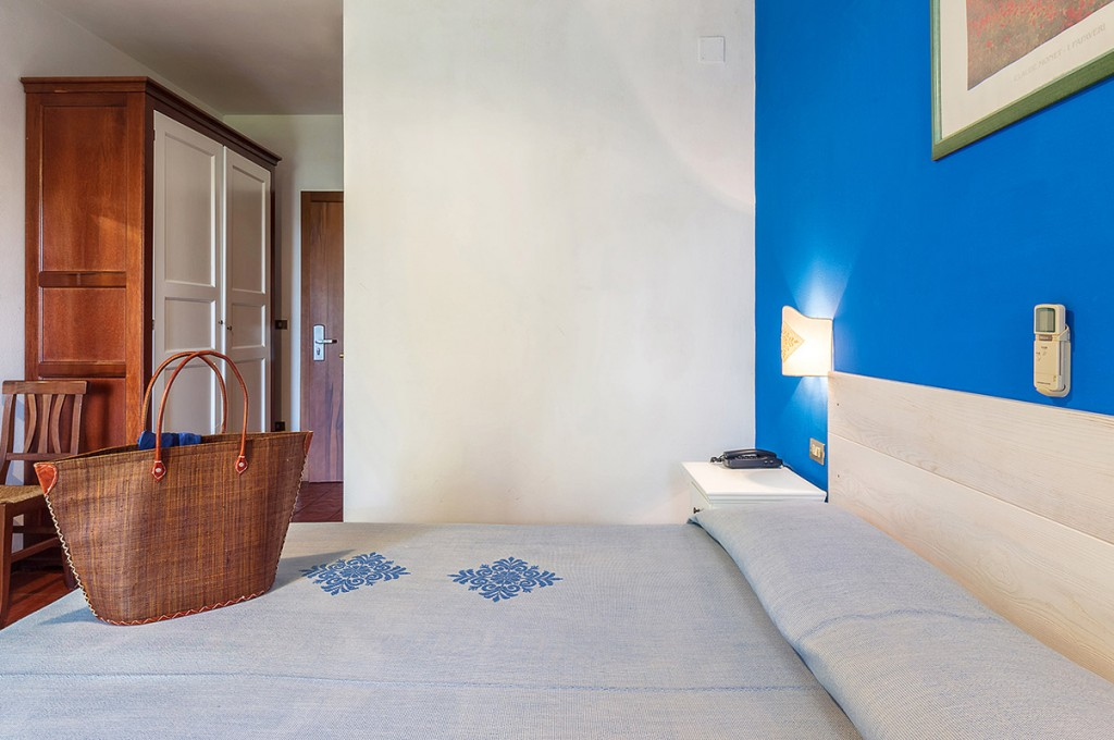 albergo-santa-maria-santa-maria-navarrese-camera-blu-4